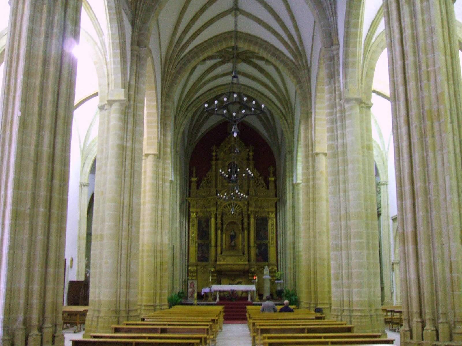 Interior y retablo de la iglesia de San Pablo