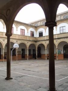 Patio del ex Convento de la Santísima Trinidad en Úbeda 225x300 - Convento e Iglesia de la Santisima Trinidad