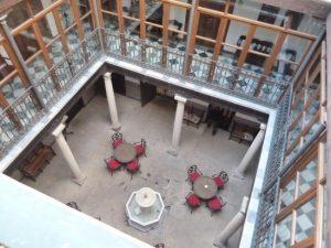patio3 300x225 - Hotel Alvar Fañez: Encanto y Localización
