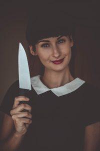 """cuchillo 200x300 - ¿De dónde viene el dicho """"una puñalada trapera""""?"""